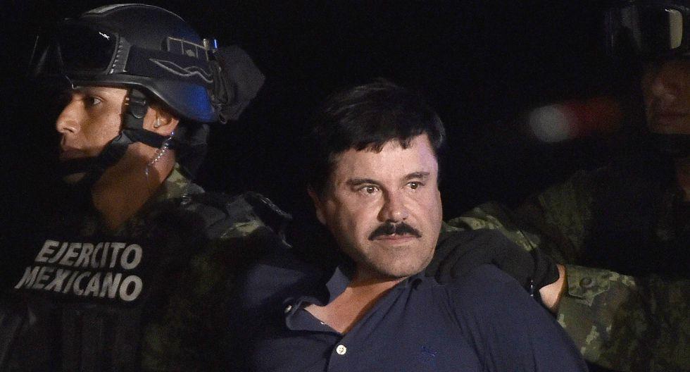 En el video hay imágenes que muestran el momento en el que los funcionarios del penal rapan la cabellera y rasuran el icónico bigote del capo. (AFP).