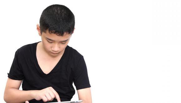 Ojo seco: Parpadeo en niños disminuye de 25 a 5 veces por minuto frente a pantallas digitales