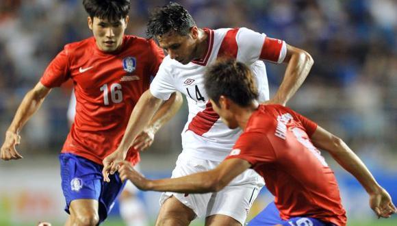 NO ENCONTRÓ UN SOCIO. Pizarro, que ayer cumplió 70 duelos con la selección, luchó solo arriba. (Mónica Palomo/USI)