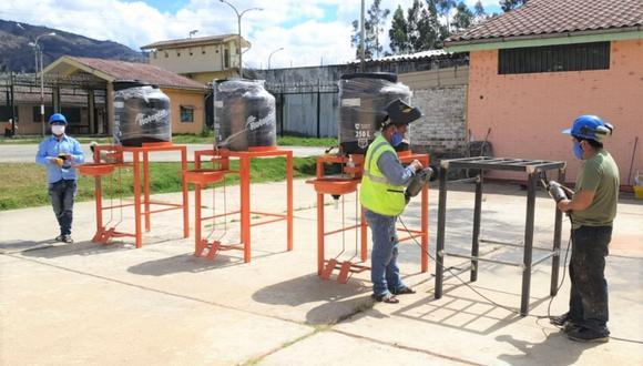 Cada lavatorio consta de una base de fierro tubular de 2 x 2, un lavatorio de acero inoxidable y un tanque de agua de 250 litros. (GEC)