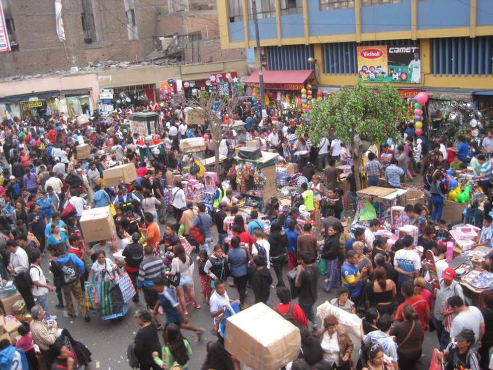Mesa Redonda abarrotada por cientos de personas que hacen sus compras de última hora por Navidad. (César Takeuchi)