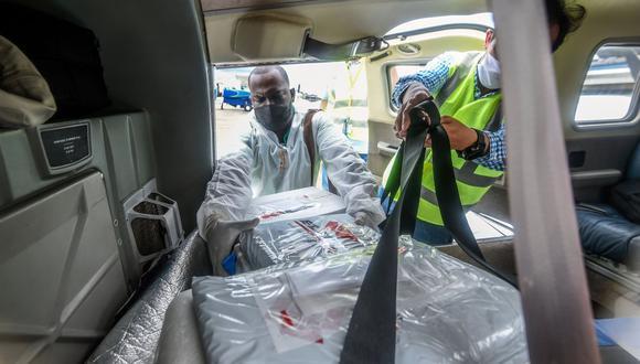 El coordinador de Salud de Litoral de San Juan, Jair González, fue el encargado de recoger las vacunas en Quibdó y en sus manos estuvo superar todos los desafíos que supuso llevarlas hasta su municipio. (Foto: Juan Barreto / AFP)