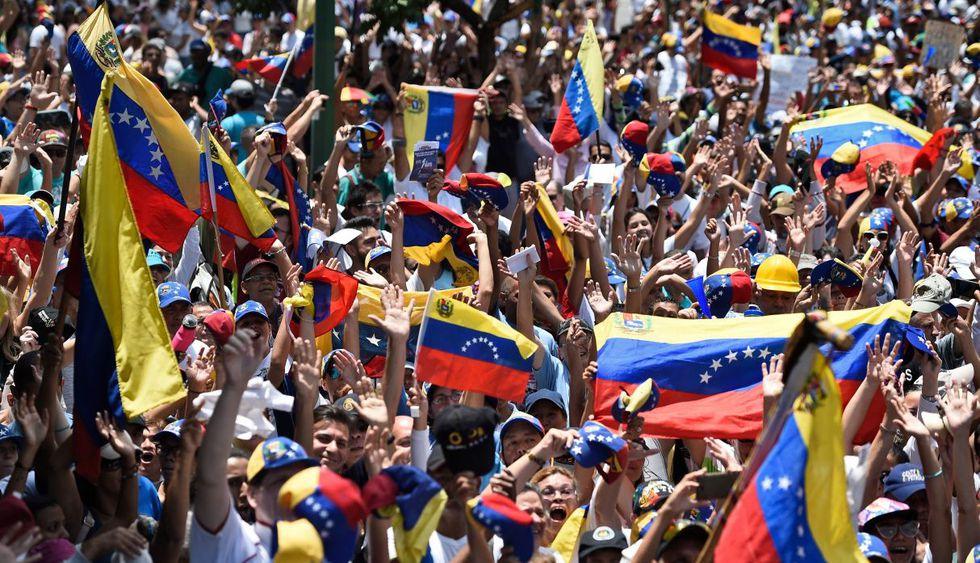 Chavistas y opositores marcharon este miércoles en Venezuela tras levantamiento militar. (Foto: AFP)