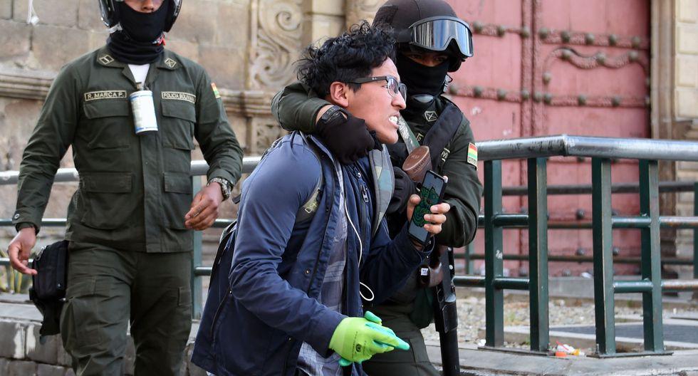 La policía de Bolivia arresta a un ciudadano que protesta contra el Gobierno interino de Áñez. (Foto: AFP)