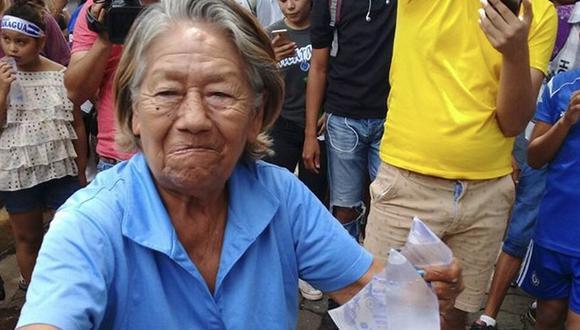 La señora identificada como Miriam del Socorro Matus fue arrestada por un grupo de policías y antimotines armados con escopetas. | Foto: Twitter / @Redyense_