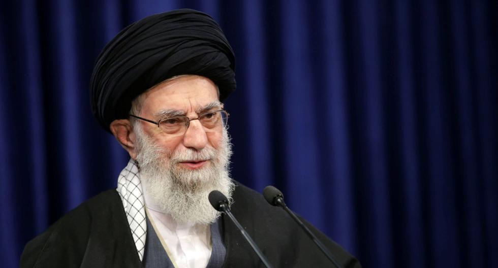 El líder supremo de Irán, el ayatolá Ali Jamenei, pronuncia un discurso televisado en Teherán, el 8 de enero de 2021. (Official Jamenei Website/REUTERS).