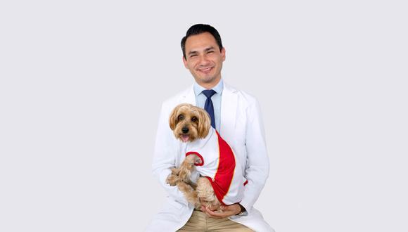 Nicolás, un aguerrido perrito de 12 años, se salvó en Japón. En la foto, junto a su veterinario, el peruano Juan Diego Asencios,