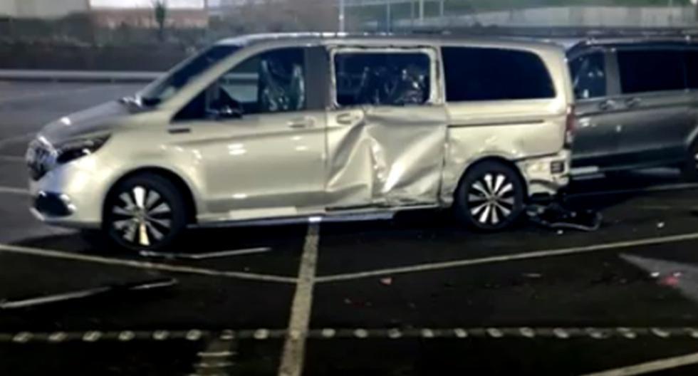 En las fotos publicadas en la prensa, podía verse una furgoneta volcada encima de otra, y algunas más completamente abolladas o con el capó destrozado. Hecho ocurrió en Vitoria, en el norte de España. (Captura).