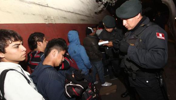 Policías pidieron documentos de identidad a los hinchas. (Leonardo Fernández/Depor)