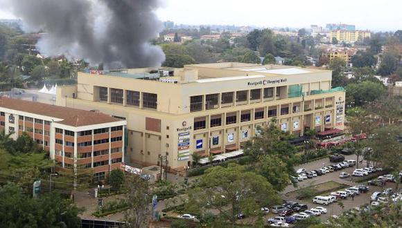 Al menos tres explosiones y diversas ráfagas de disparos se escucharon en el centro comercial. (Reuters)