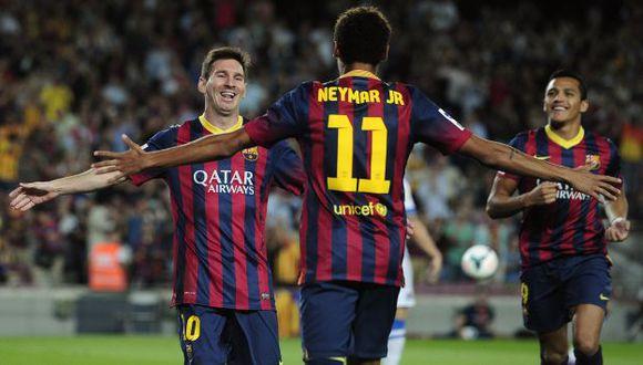 DINAMITA PURA. Messi agradece a Neymar por el pase de gol. El paulista 'mojó' por primera vez. (AP)