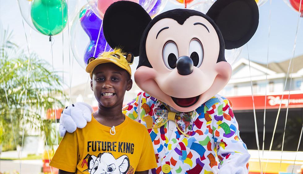 Niño que usó sus ahorros para ayudar a damnificados por el huracán Dorian recibe sorpresa. (EFE)