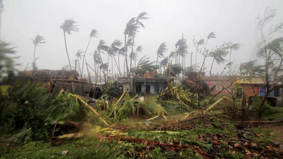 Al menos nueve personas murieron este viernes cuando el ciclón Fani golpeó el este de India y avanzaba hacia Bangladesh con vientos de hasta 200 km/hora. (AP)