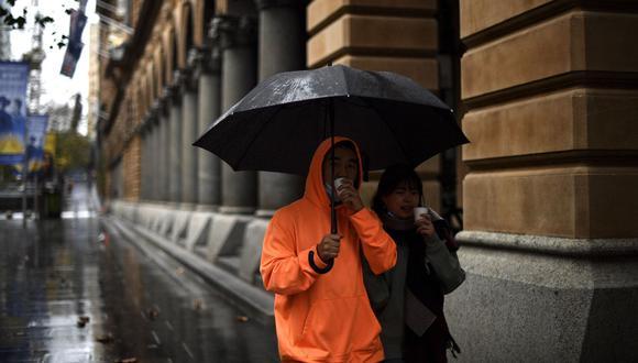 La gente camina por Martin Place en el distrito comercial central de Sídney (Australia), el 28 de junio de 2021. (Saeed KHAN / AFP).