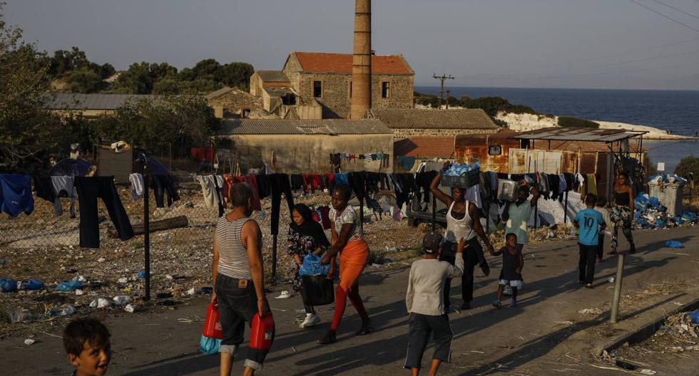 Imagen referencial. Los migrantes se reúnen en edificaciones abandonadas mientras miles permanecen acampando a lo largo de una carretera que va de Moria a la capital de Mitilene, en la isla noreste de Lesbos, Grecia. (AP/Petros Giannakouris).