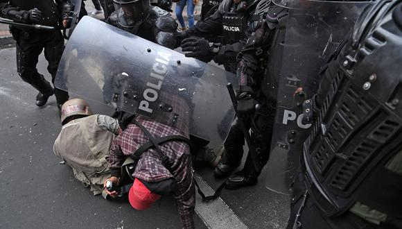 Periodistas del diario El Comercio de Ecuador son atacados por la policía durante las protestas contra las políticas económicas del gobierno del presidente ecuatoriano, Lenin Moreno. (Foto: AFP)