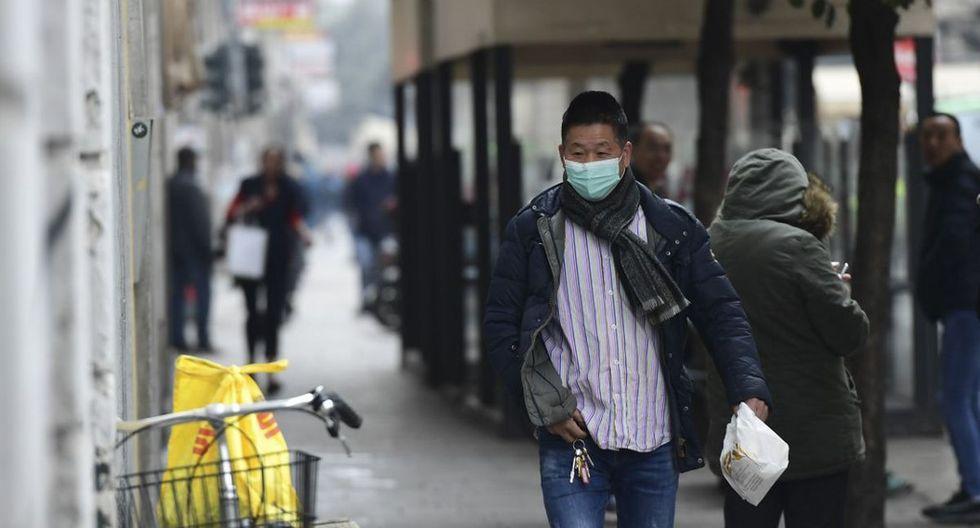 Un hombre con una máscara respiratoria camina en una calle del distrito chino de Milán. La decisión de cerrar las tiendas de dicho lugar fue tomada por la comunidad china de la ciudad de Milán. (AFP)