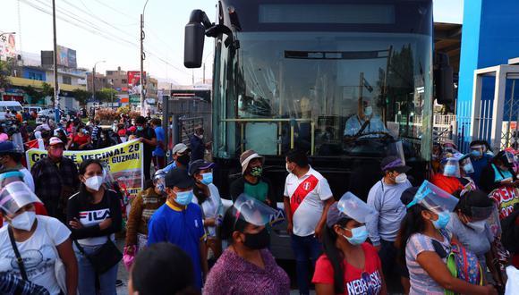 Manifestantes bloquean la vía exclusiva de la estación Naranjal del Metropolitano, en Independencia. (Foto: Hugo Curotto / @photo.gec)