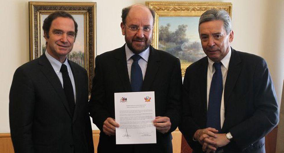 FUTURO. Políticos chilenos entregan compromiso a su canciller. (EFE)
