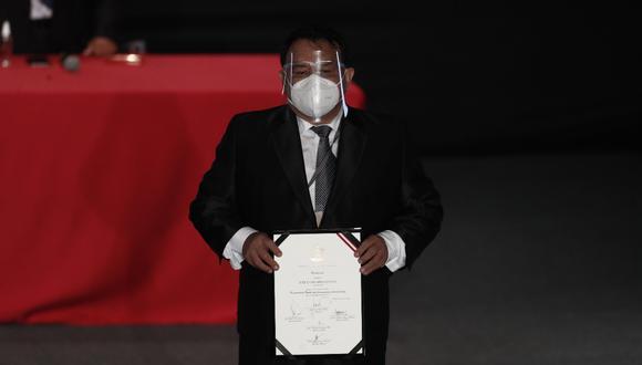 José Luna Gálvez, quien cumple arresto domiciliario, recibió sus credenciales como congresista para el próximo periodo tras autorización del juez (Foto: César Campos)