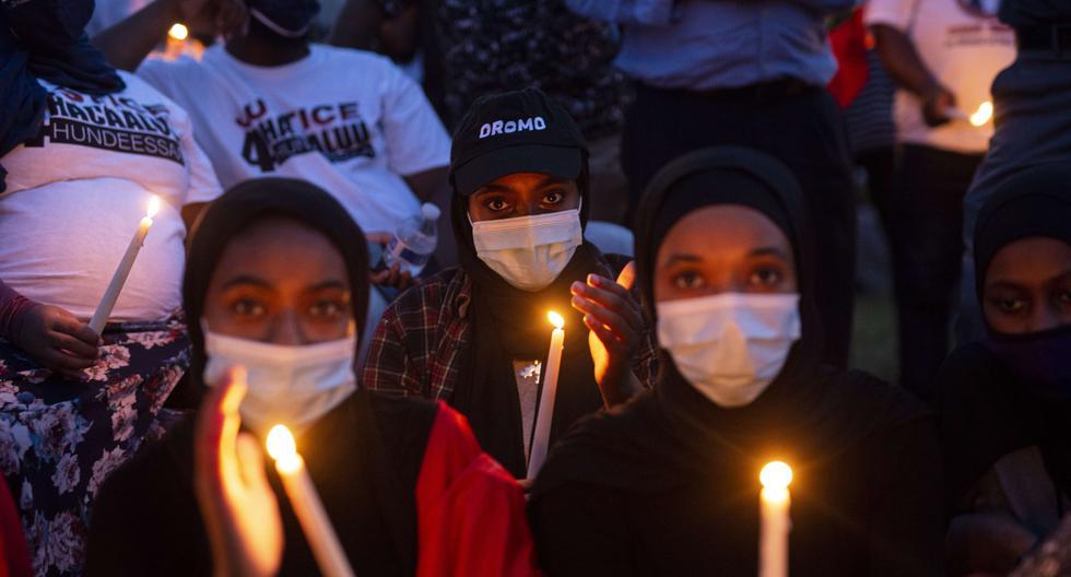 El cantante cuya música se convirtió en un himno de la indignación del pueblo oromo fue asesinado de un disparo en la capital del país, generando violentas manifestaciones por toda la nación africana. La foto corresponde a una vigilia realizada frente al edificio comunal Oromo, en Minnesota, Estados Unidos. (Foto: Stephen Maturen / AFP)