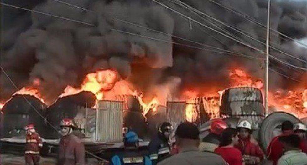 Incendio consume almacén clandestino de llantas en el límite de Comas y SMP (Twitter Mininter)