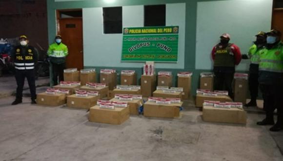 Puno: Veinte cajas de cigarrillos de contrabando camufladas entre un cargamento de soya y valorizadas en más de 20 mil soles fueron incautadas en un camión procedente de Bolivia. (Foto PNP)