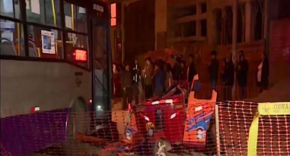 Las víctimas viajaban en un mototaxi que fue impactado por el bus del corredor morado. (Captura América TV)