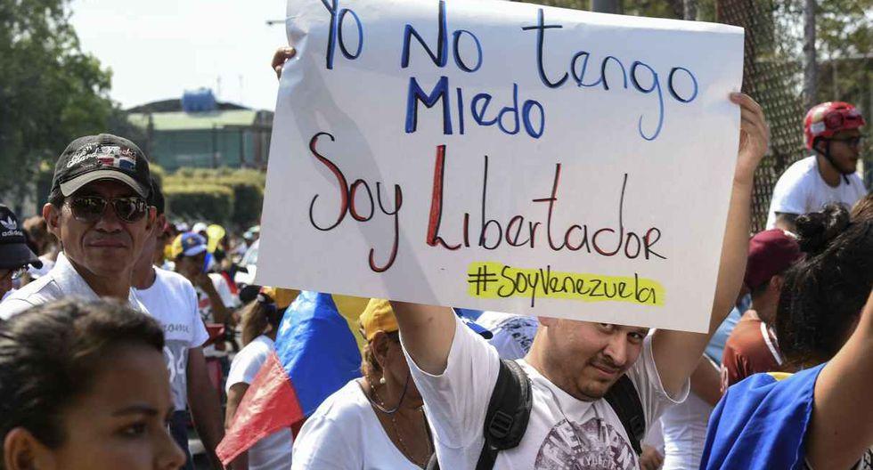 """Partidario de Juan Guaidó sostiene un cartel que dice """"No tengo miedo, soy Libertador"""" cuando participa en un mitin para presionar a militares para que ingresen la ayuda humanitaria de los Estados Unidos. (Foto: AFP)"""