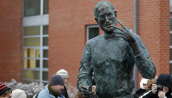 La obra mide 2,2 metros de altura y está hecha de bronce. (Reuters)
