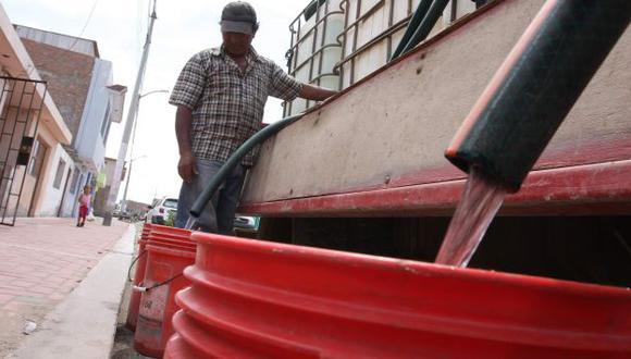Peruanos son obligados a consumir agua más cara y poco segura. (Heiner Aparicio)
