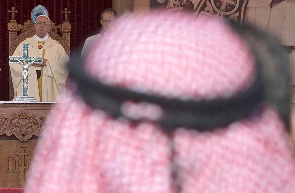 Papa Francisco celebra misa en el Estadio Internacional de Amman, en Jordania. Durante el inicio de su visita pidió el fin del conflicto en Siria y la paz entre israelíes y palestinos. (EFE)