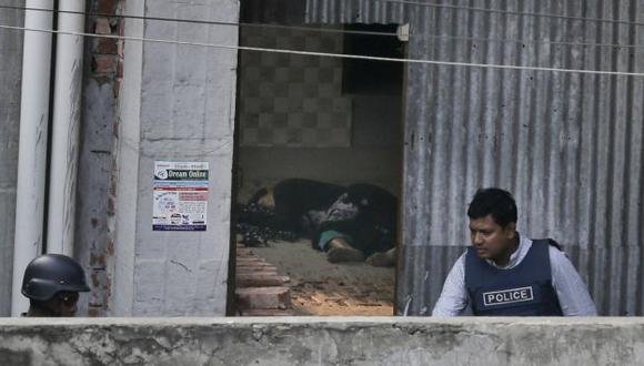 Mujer se estalla bomba en departamento en Daca. AP