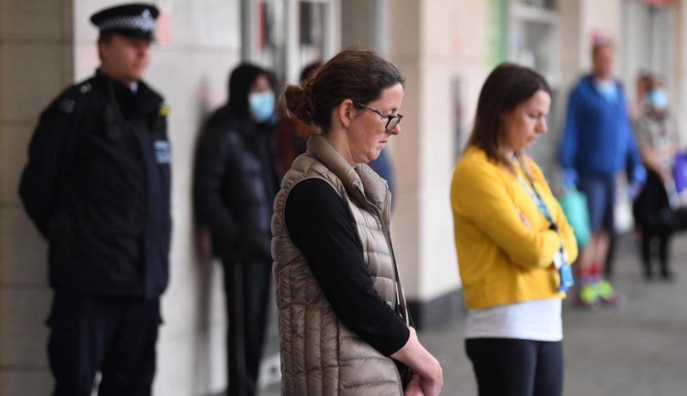 Los británicos guardaron este martes un minuto de silencio en honor al personal sanitario y otros cuidadores que han muerto mientras combatían la pandemia de coronavirus. (EFE/EPA/NEIL HALL).