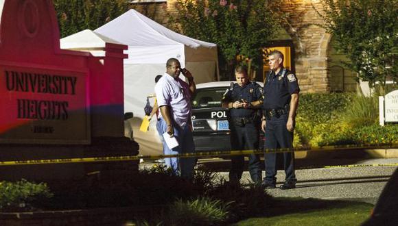 BUSCAN PISTAS. Decenas de agentes policiales seguían realizando pesquisas en el lugar de la tragedia. (AP)