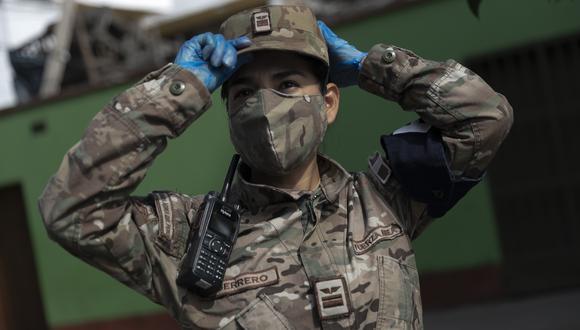 Desde que empezó la emergencia por el coronavirus, la teniente Guerrero ha patrullado las calles de Lima. (Foto: Renzo Salazar)