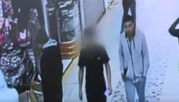 El extranjero obligó al sobrino de la dueña del negocio a ayudarlo en el robo. (Foto: Captura/América Noticias)