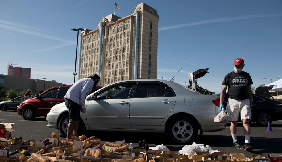 Las personas llegan para recibir donaciones de alimentos en el exterior del hotel y casino Palace Station en Las Vegas, Nevada. (AFP / Bridget BENNETT).