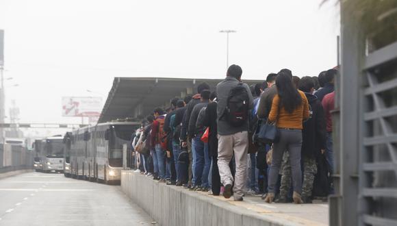 Usuarios expresan su molestia por alza del pasaje del Metropolitano. (Piko Tamashiro/Perú21)