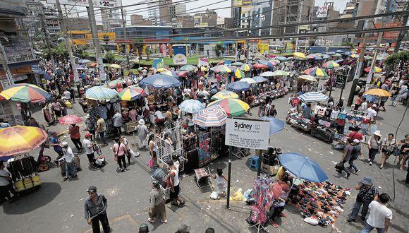 No da más. Las calles de Gamarra son intransitables e inseguras por la masiva presencia de comerciantes, quienes invaden pistas y veredas. (Anthony Niño de Guzmán)