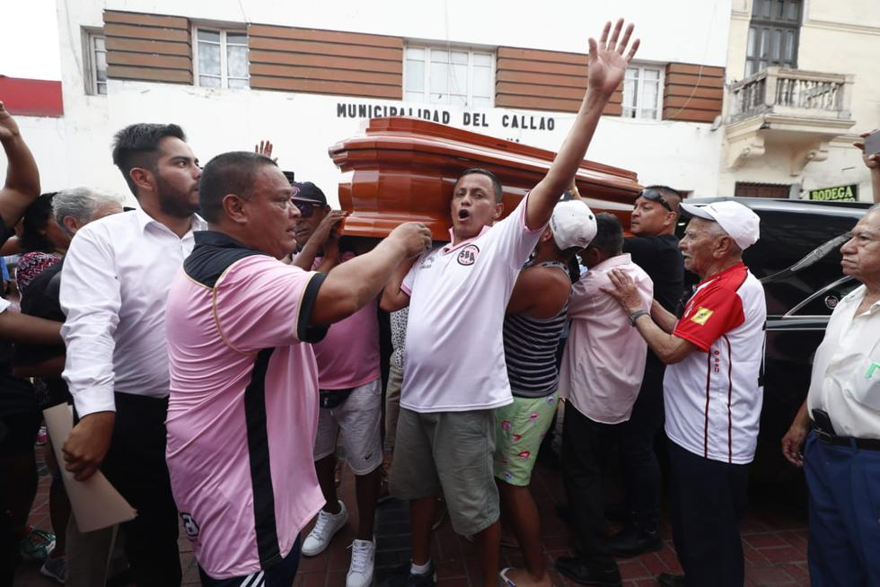 Así se desarrolla el velatorio de Carlos 'Kukín' Flores en el local del Sport Boys. (Fotos: César Campos)