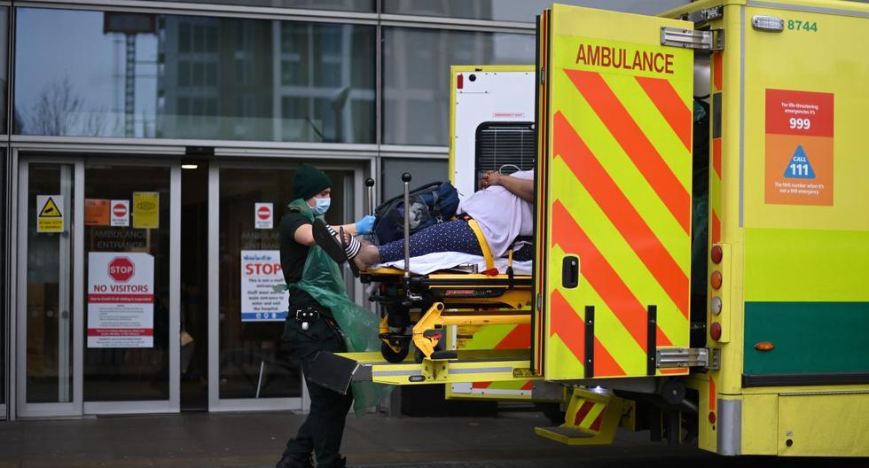 Los paramédicos sacan a un paciente de una ambulancia y lo llevan al Royal London Hospital en el este de Londres, en medio de la pandemia de coronavirus. (Foto de DANIEL LEAL-OLIVAS / AFP).