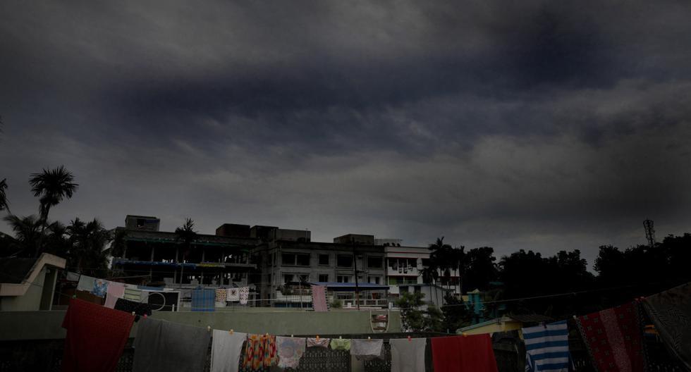 Las densas nubes de lluvia se acumulan en el cielo mientras el ciclón Amphan se fortalece en la Bahía de Bengala. Imagen en Kolkata, India, el 19 de mayo de 2020. (EFE/EPA/PIYAL ADHIKARY).