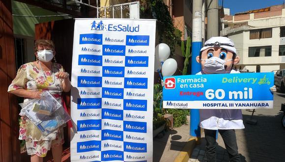 Elsa Fernández, de 63 años, fue la paciente 60 mil, quien recibió los medicamentos del delivery 'Farmacia en Casa'. (Foto: EsSalud)