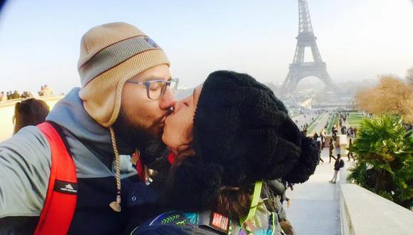No hay nada más romántico que tomarse una foto teniendo de fondo a la torre Eiffel. (Facebook: Mónika Vilela)