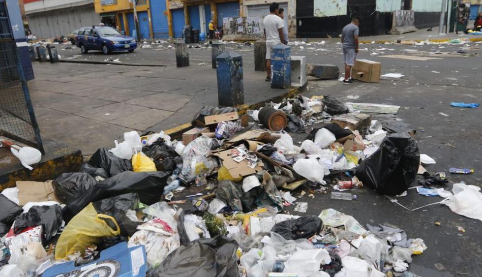 Papeles, botellas de plástico y vidrio, bolsas, desechos orgánicos regados en las veredas y pistas han causado malestar entre los vecinos. (Foto: Miguel Bellido)