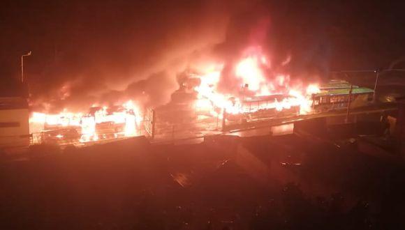 Ciudadanos reportaron incendio en el patio de servicio de la empresa PumaKatati en La Paz. (Twitter)
