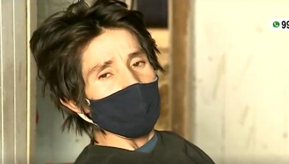 Jhon de 29 años se desempeñaba hace unos meses como carpintero, pero a la fecha ha perdido la movilidad en ambas piernas y ha bajado de peso. (Captura: América Noticias)