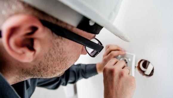 Contrata un personal calificado para hacer una revisión completa de la instalación eléctrica antes de salir de casa. (Foto: Pixabay)