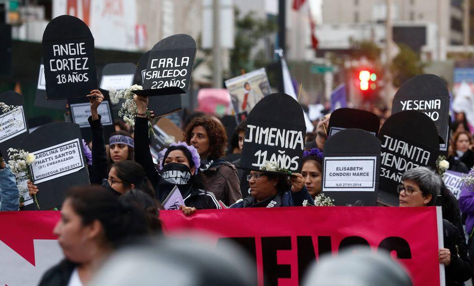 Ni una menos. Lápidas con nombres de las víctimas encabezaron marcha contra violencia a la mujer.